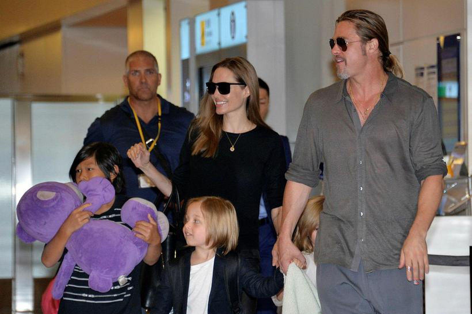 Angelina Jolie, Brad Pitt og hluti barna þeirra, á meðan …