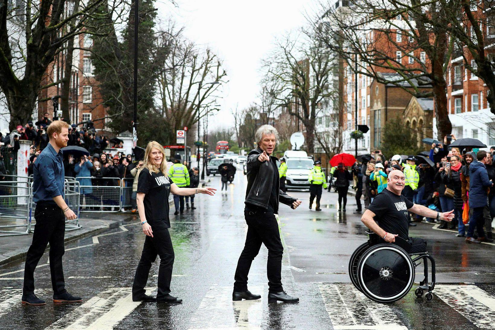 Harry Bretaprins og Jon Bon Jovi á gangbrautinni á Abbey …