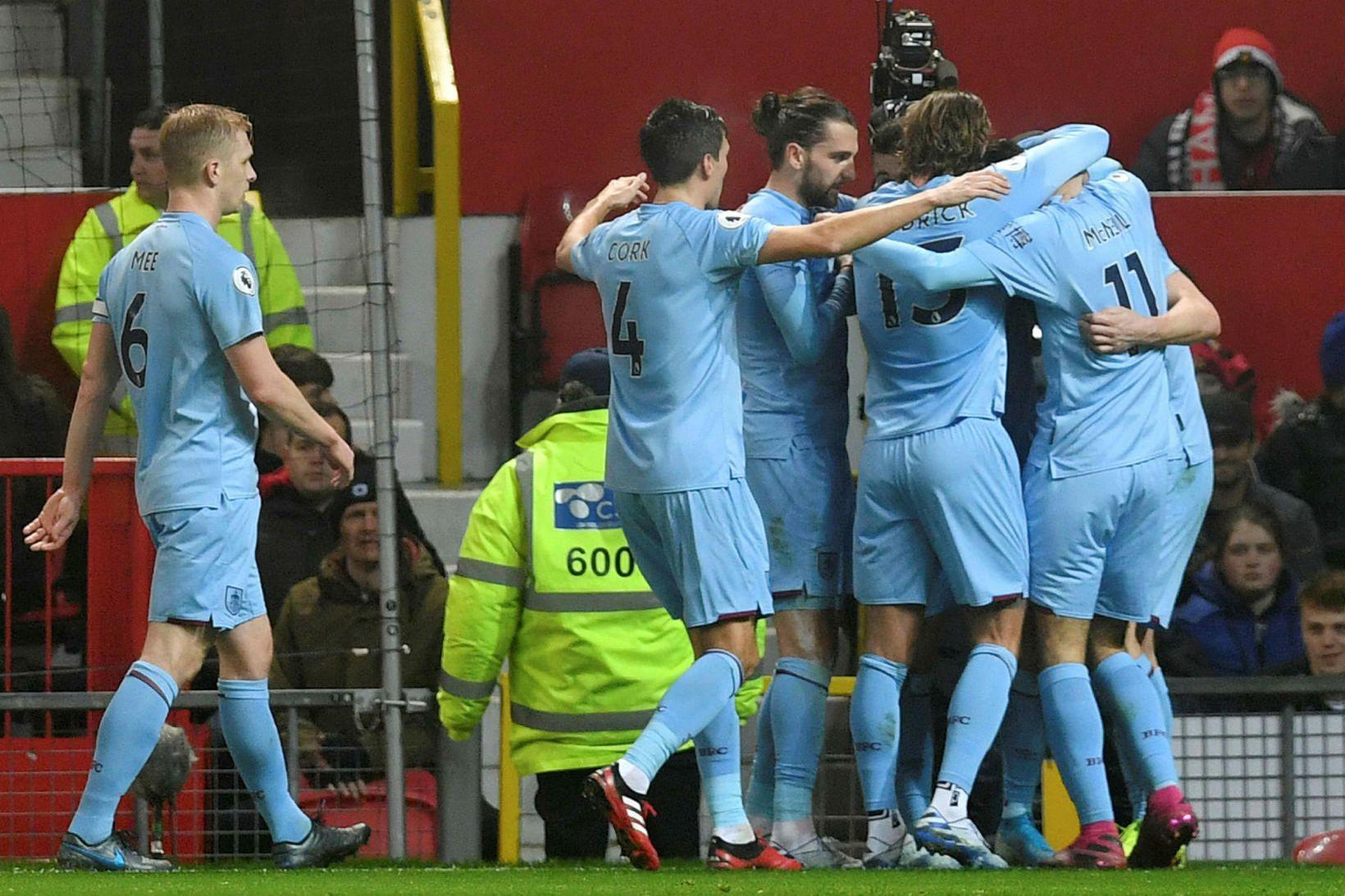Leikmenn Burnley fagna á Old Trafford í kvöld.