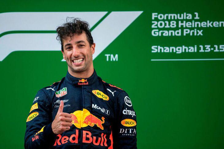 Daniel Ricciardo á efsta þrepi verðlaunapallsins í Sjanghæ.