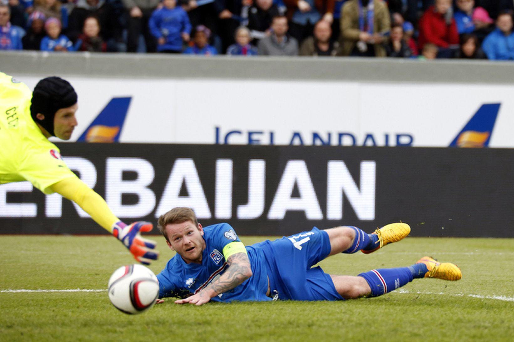 Aron Einar Gunnarsson skallar boltann framhjá Petr Cech og jafnar …