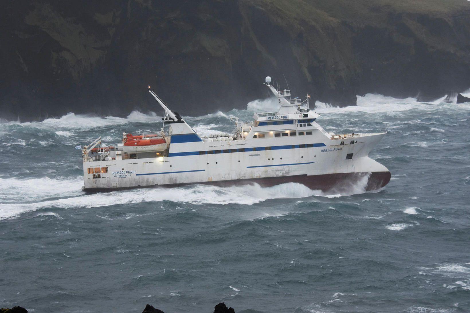 Herjólfur í brælu á útleið frá Eyjum.