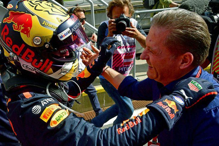 Jos Verstappen fagnar sigri sonarins, Max Verstappen, í Austurríki.
