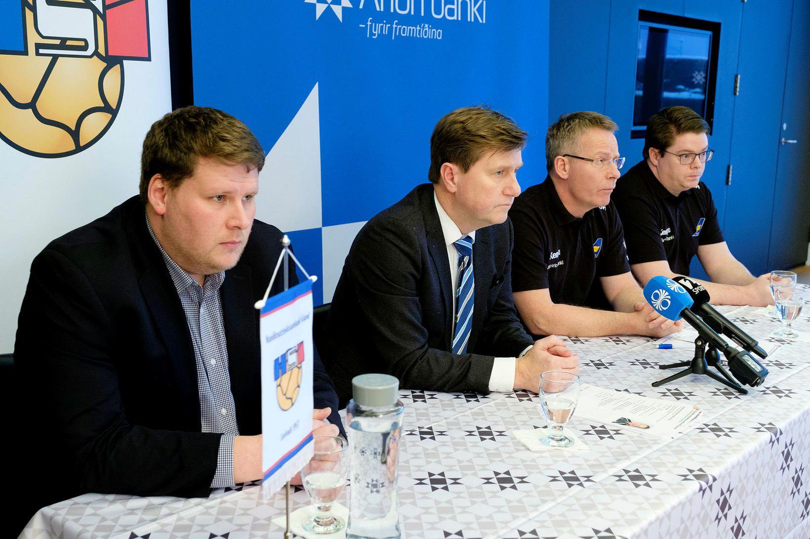 Róbert Geir Gíslason til vinstri, á blaðamannafundi íslenska karlalandsliðsins.