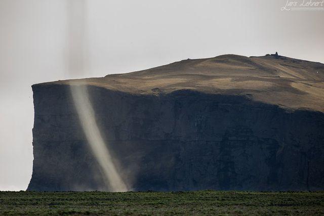"Incredible ""dust devil"" phenomena at Iceland's black lava ..."