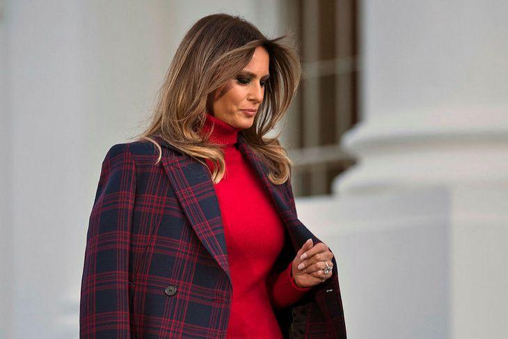 Melania Trump tók á móti jólatrénu í jólalegum rúllukragabol.