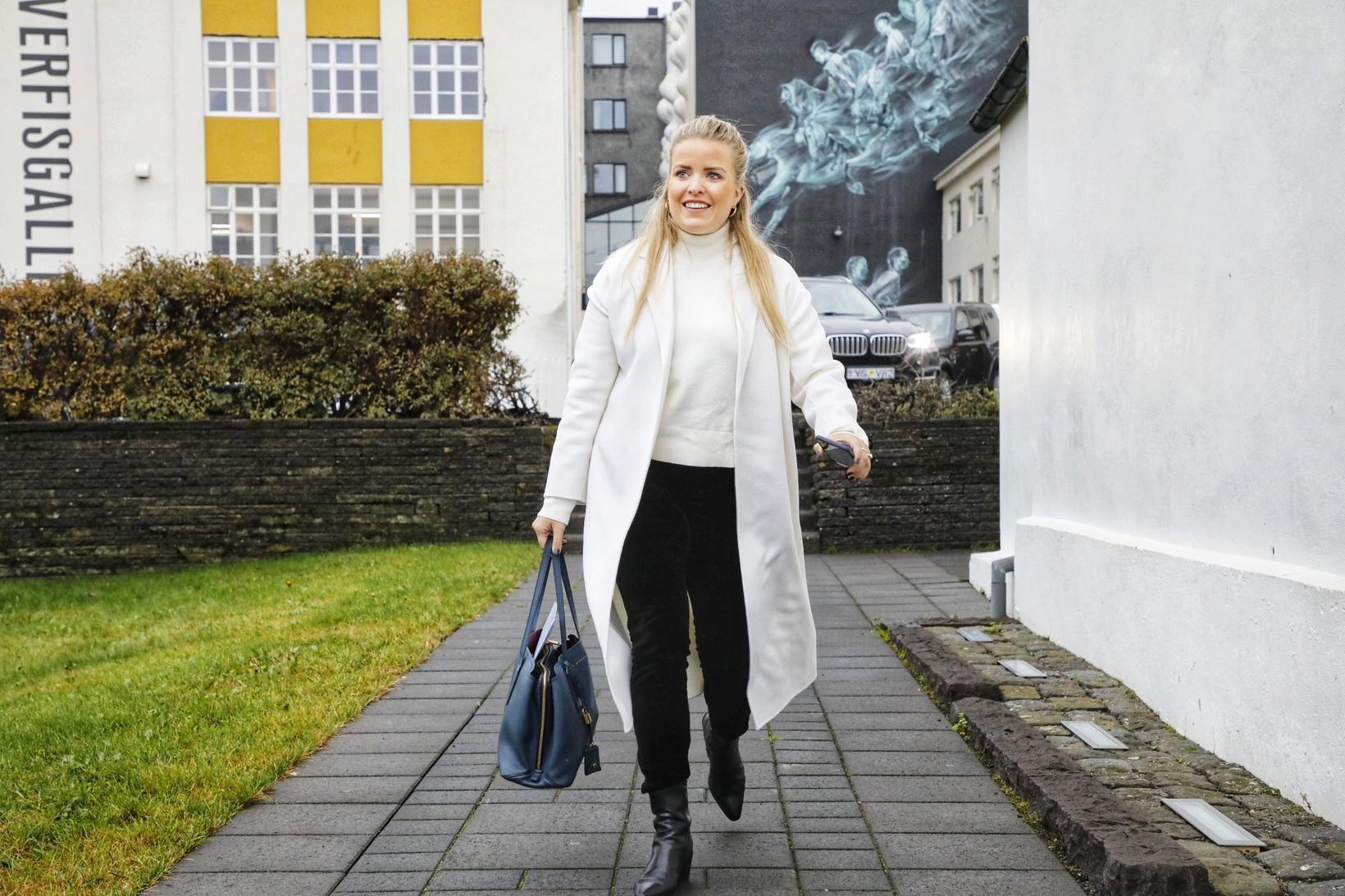 Áslaug Arna Sigurbjörnsdóttir dómsmálaráðherra gengur inn á ríkisstjórnarfund í dag.