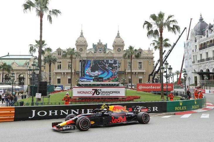 Daniel Ricciardo á ferð í Mónakó í morgun. Í baksýn er spilavíti dvergríkisins.