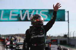 Lewis Hamilton veifar áhorfendum í lok tímatökunnar í Autodromo Internacional do Algarve, í Portimao.