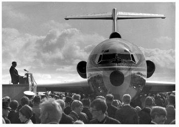 Gullfaxi Flugfélags Íslands, Boeing 727, fyrsta þota í eigu Íslendinga kemur til landsins í júní ...