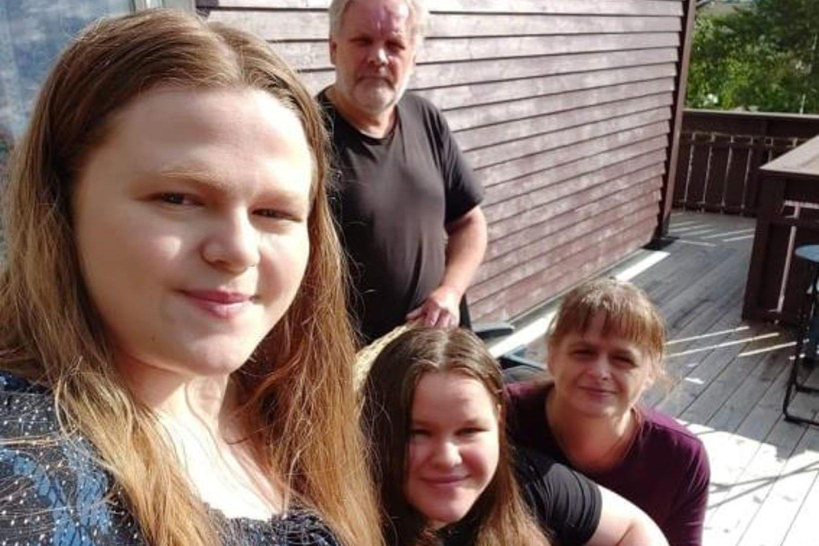 Örn ásamt fjölskyldu sinni heima í Fredrikstad. María Lovísa tekur …