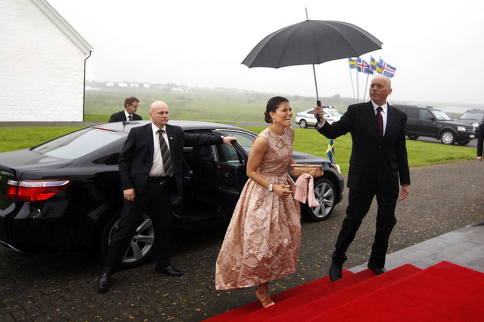 Viktoría krónprinsessa mætir til kvöldverðarboðsins.