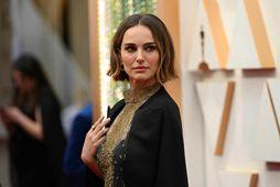 Natalie Portman sendi skýr skilaboð með klæðavali sínu á Óskarnum í nótt.
