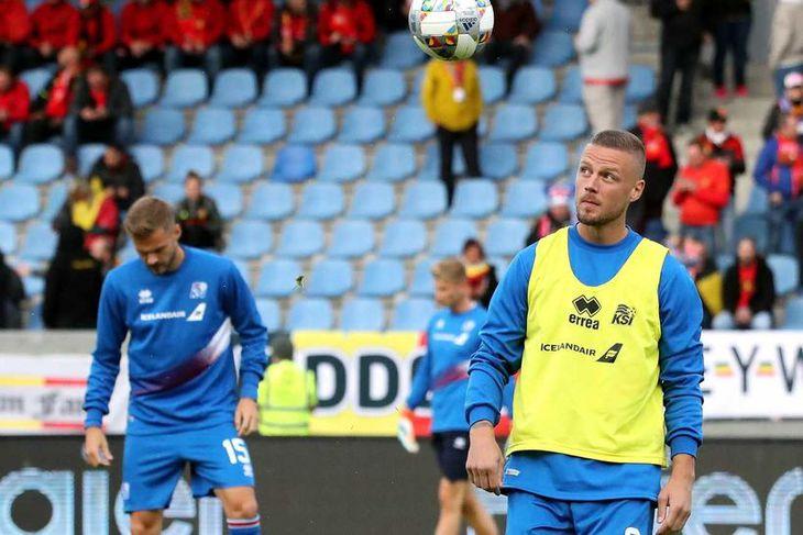 Ragnar Sigurðsson og Hólmar Örn Eyjólfsson í upphitun á Laugardalsvellinum í kvöld.