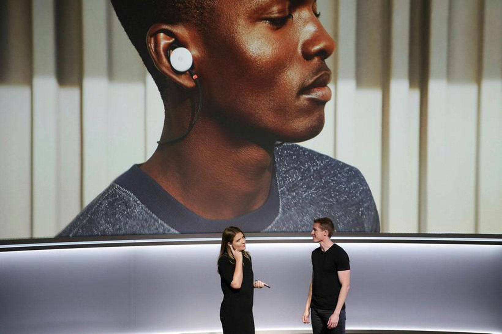 Starfsmenn Google tala saman á ensku og sænsku á fundinum …