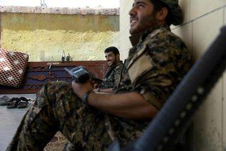 Hermenn Kúrda sem tekið hafa þátt í áhlaupinu á Raqqa hvíla lúin bein í einu ...