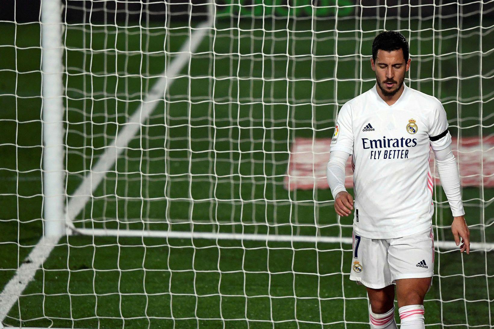 Eden Hazard gengur svekktur af velli í gær.