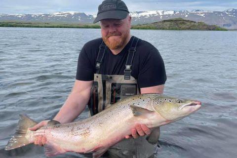 Stærsti lax sumarsins til þessa. Aðalsteinn Jóhannsson með 104 sentímetra fisk af Mjósundi í Laxá …