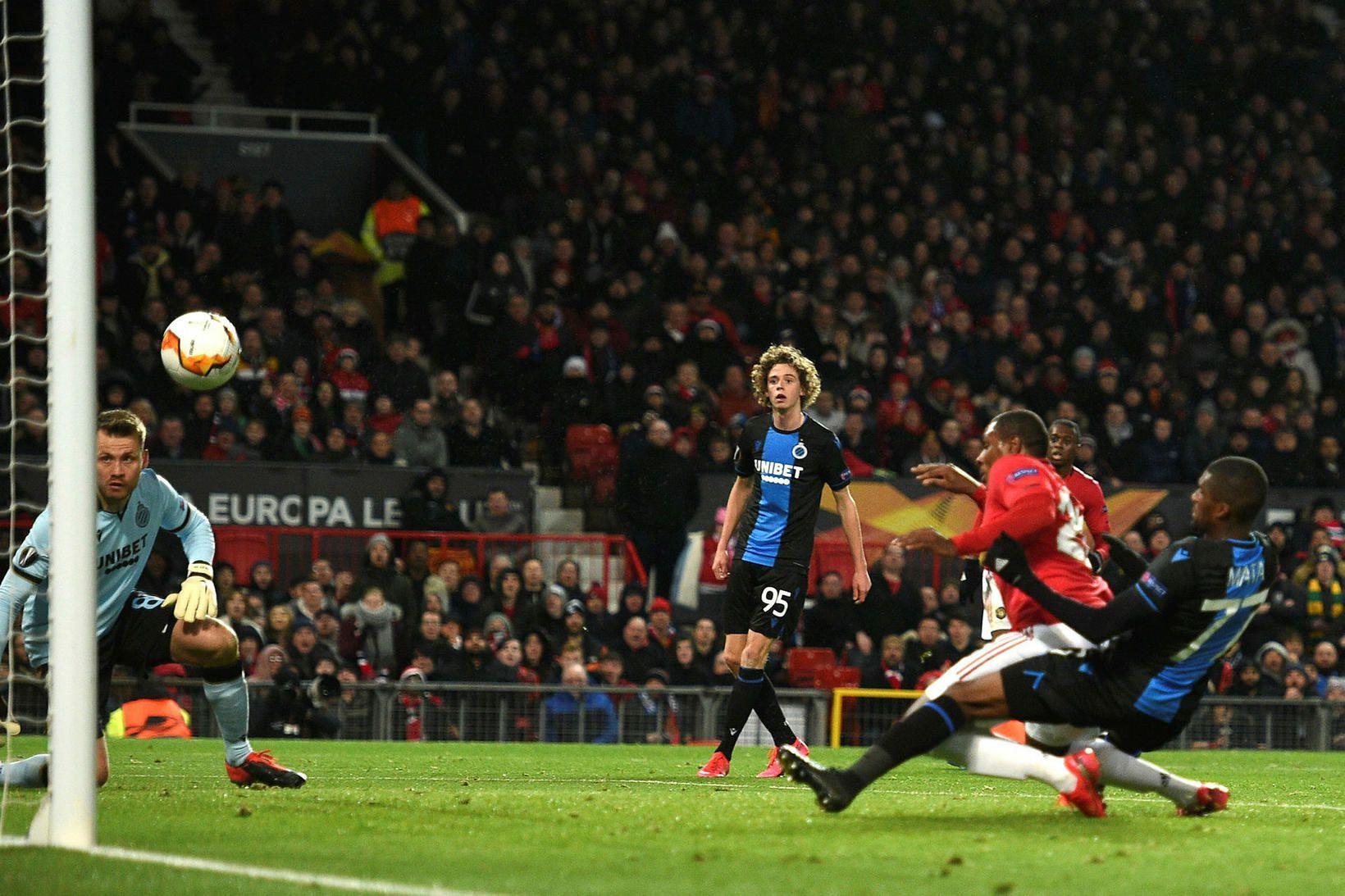 Odion Ighalo kemur Manchester United í 2:0 í leiknum í …