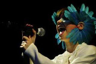 Björk á tónleikunum í Hróarskeldu.