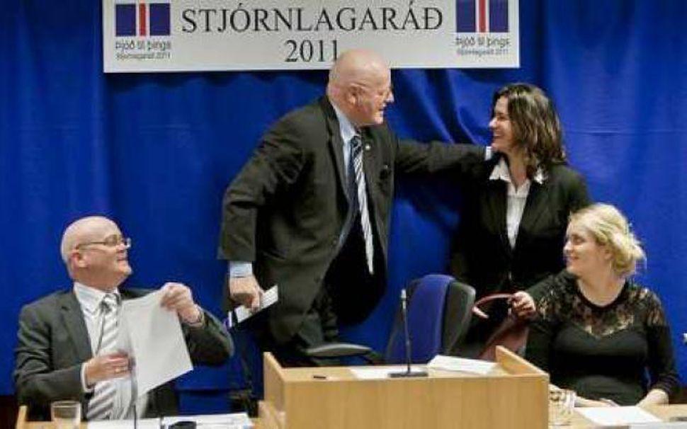 Tillögur stjórnlagaráðs að nýrri stjórnarskrá voru samþykktar einhljóða af fulltrúum ...