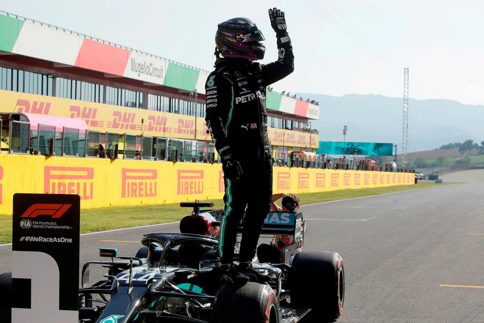 Lewis Hamilton fagnar niðurstöðu tímatökunnar í Mugello.