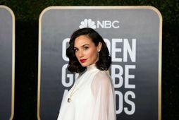 Gal Gadot klæddist víðum kjól á Golden Globe.