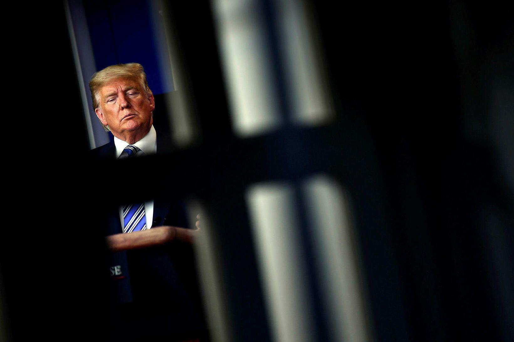 Trump hefur gefið út misvísandi skilaboð varðandi faraldurinn.