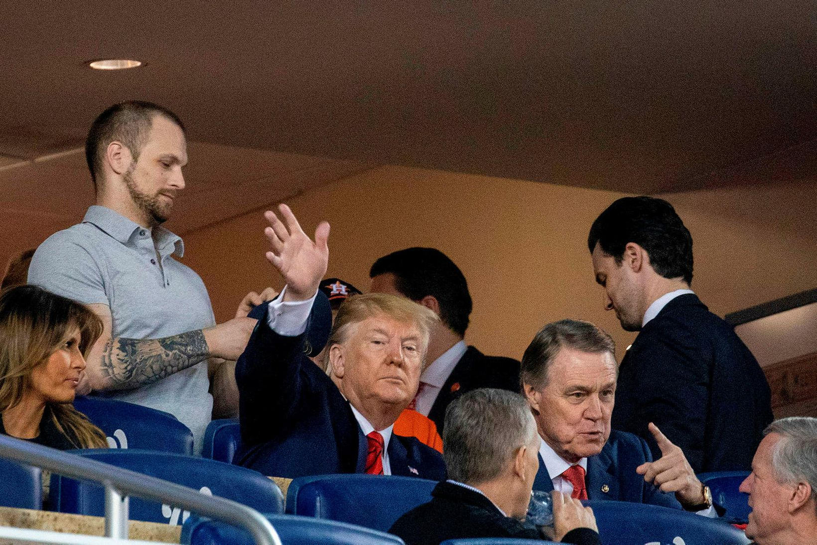 Donald Trump Bandaríkjaforseti brosti og veifaði þrátt fyrir að viðbrögð …