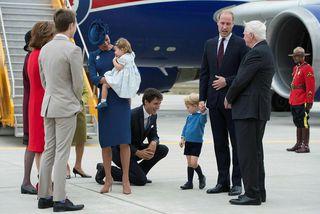 Georg prins sést hér ræða við Justin Trudeau.