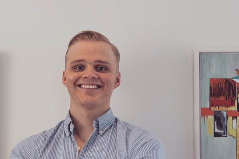 Pétur Jónsson annar eigandi Apolloart.is.