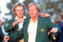 Bernhard Langer, sigurvegari árið 1985, klæðir Jack Nicklaus í græna jakkann á Augusta árið 1986.