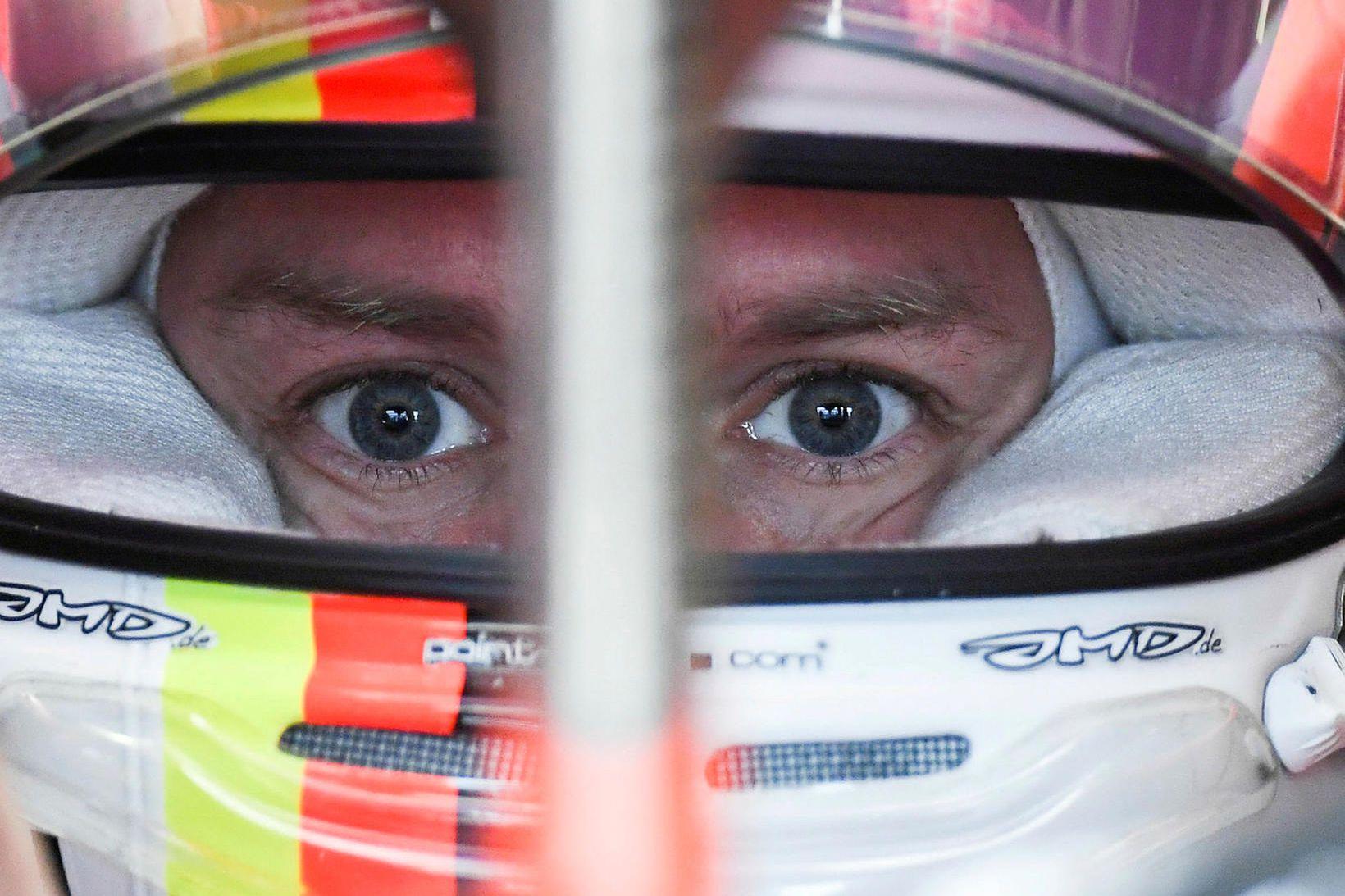 Sebastian Vettel einbeittur á svip í bíl sínum milli aksturslota …