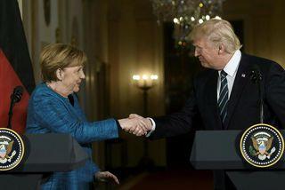 Merkel er sögð hafa rætt við Trump í einrúmi þar sem hún hafi náð að ...