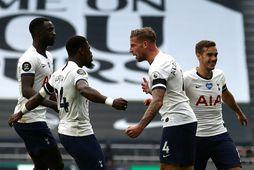 Leikmenn Tottenham fagna sigurmarkinu.