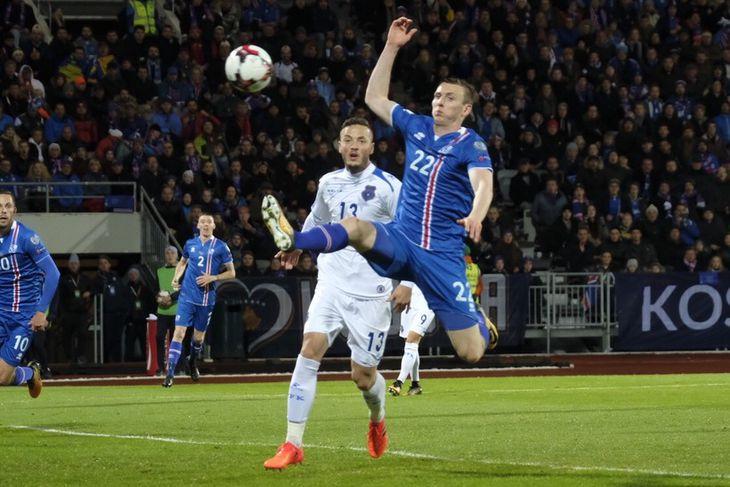 Jón Daði Böðvarsson reynir að taka á móti boltanum í kvöld.
