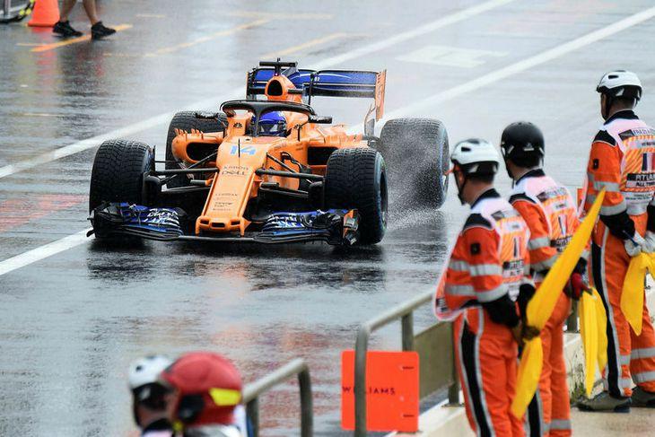 Fernando Alonso á leið út í brautina á lokaæfingunni í Le Castellet.