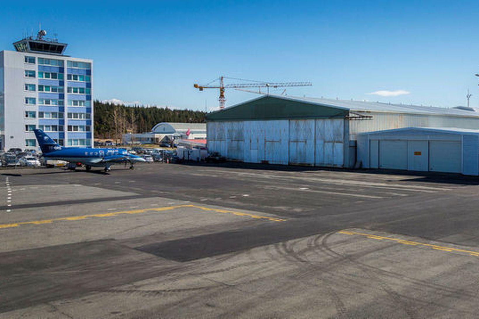 Reykjavíkurflugvöllur. Nýi flugturninn lengst til vinstri, en byrjað var að …