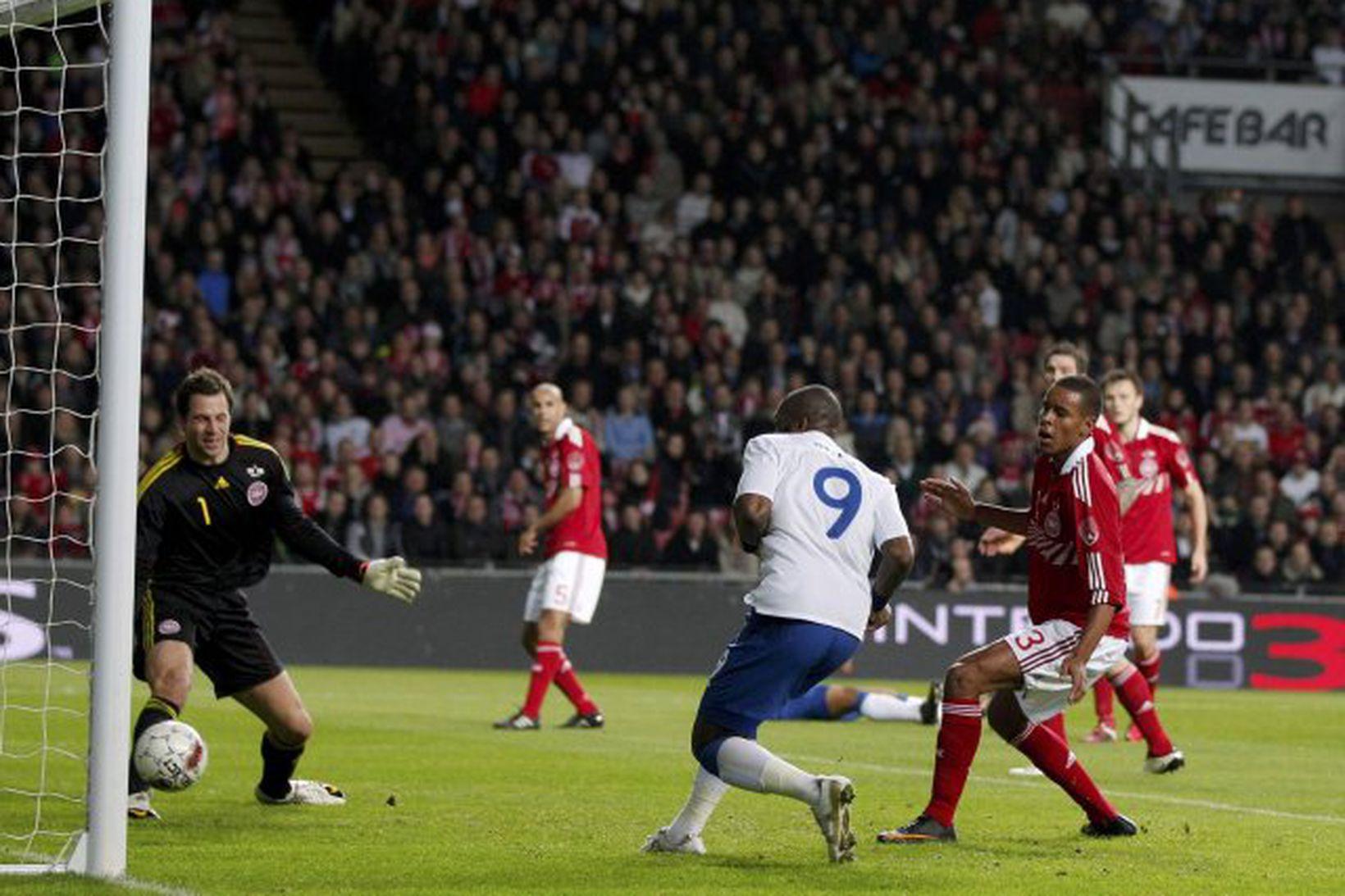 Darren Bent skorar fyrir Englendinga.