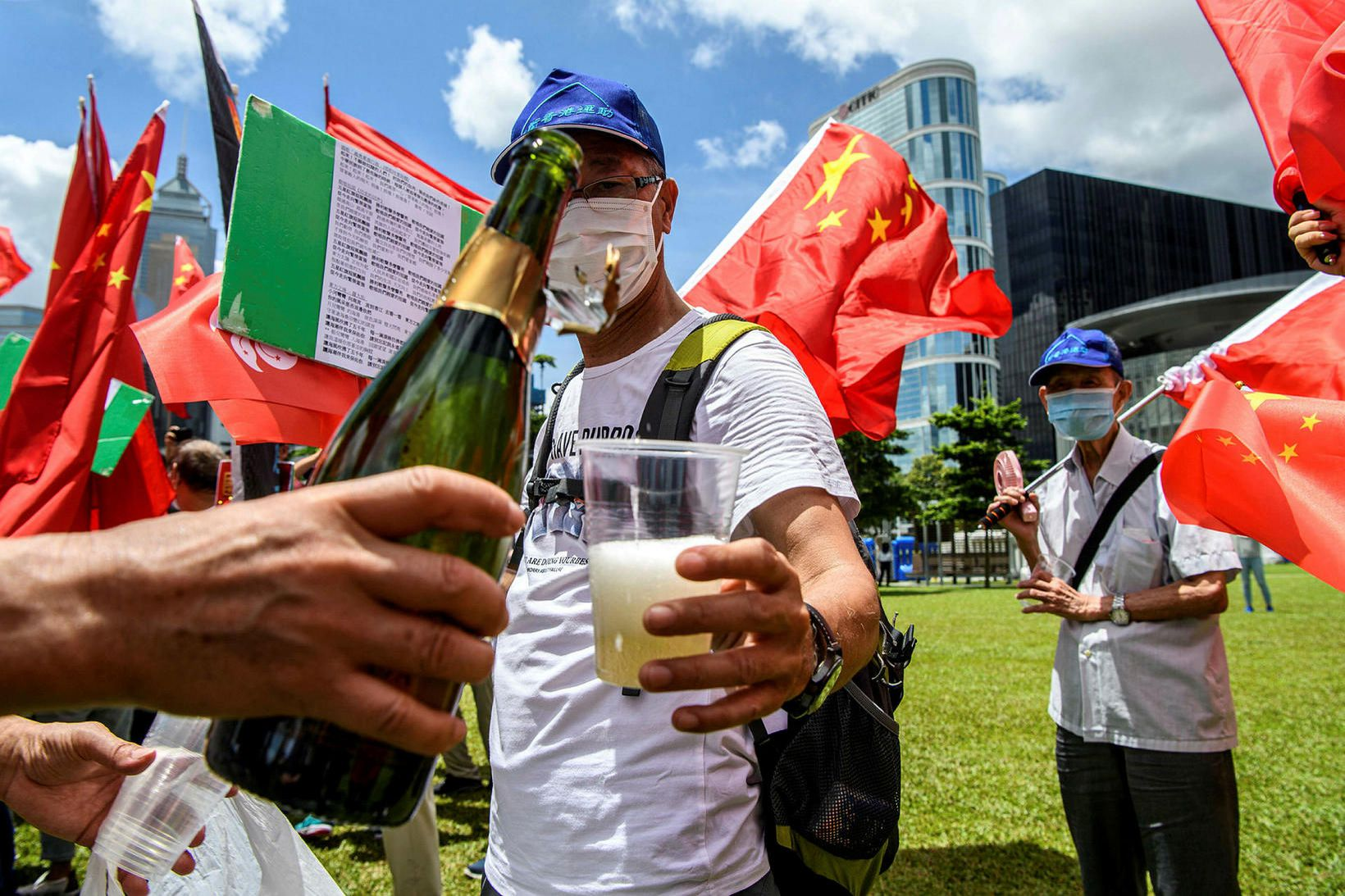 Stuðningsmenn Kína í Hong Kong fagna lögunum. Lýðræðissinnar segjast þó …
