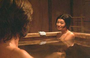 Richard Chamberlain og Yoko Shimada í hlutverkum sínum í kvikmyndinni Shogun frá 1980. Japanskar baðlaugar ...