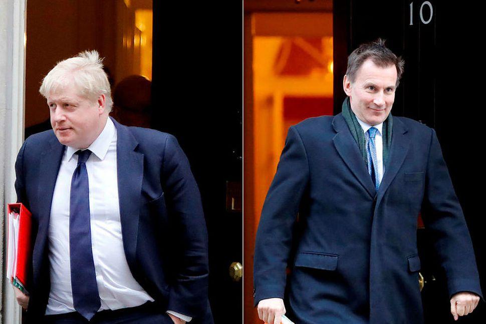 Jeremy Hunt (til hægri), utanríkisráðherra Bretlands, skorar á Boris Johnson, ...