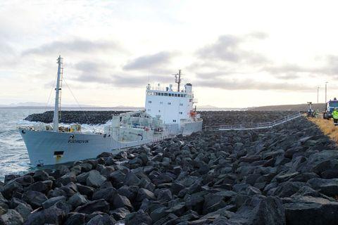 Fjordvik á strandstað við Helguvík í byrjun nóvember. 15 manns var bjargað frá borði.