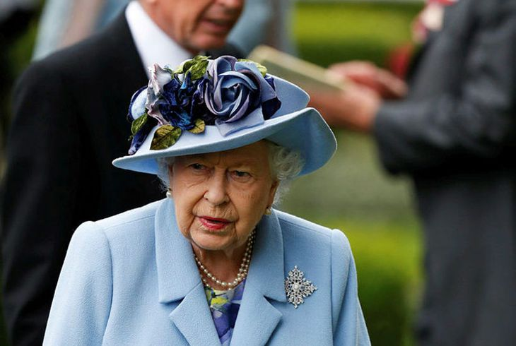 Drottningin var tignarleg í bláu.