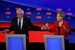 Bernie Sanders og Elizabeth Warren meðan á kappræðunum stóð.