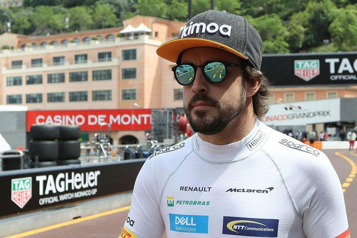 Ekkert verður ráðið af svip Fernando Alonso hvort hann standi í leynimakki með Ferrari. Hér ...
