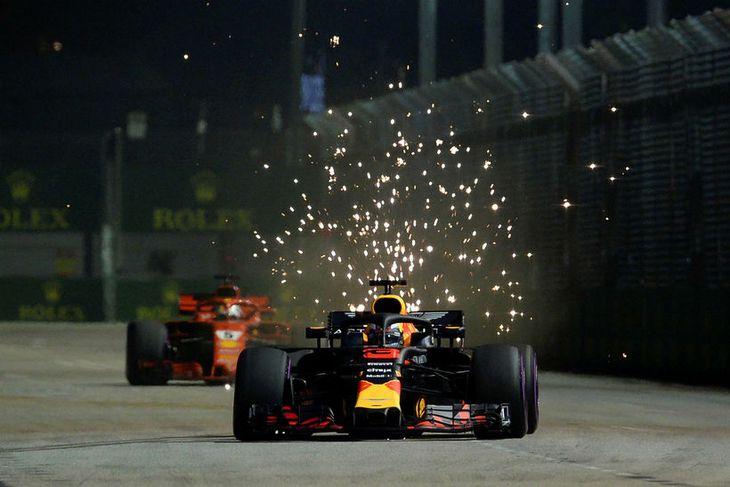 Neistaflug undan formúlu-1 bílunum var tilkomumikið í kvöldmyrkrinu í Singapúr. Hér er Daniel Ricciardo á ...