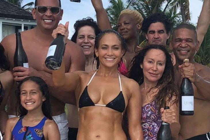 Jennifer Lopez á góðri stundu á 49 ára afmælisdaginn.