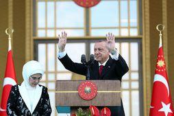 Recep Tayyip Erdogan fagnar í dag en við hlið hans er eiginkona hans, Emine Erdogan.