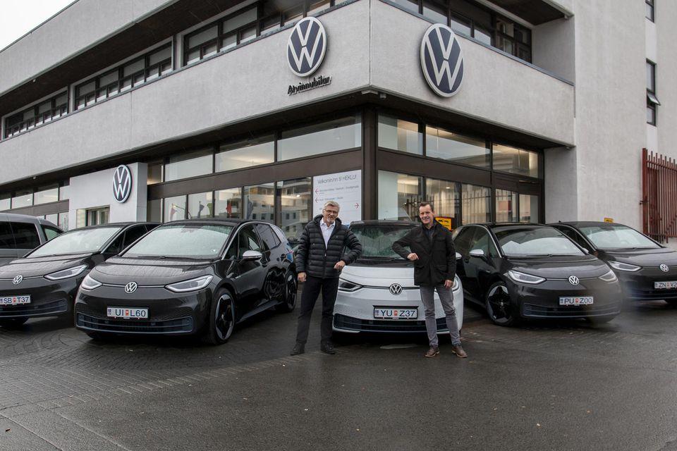 Margeir Kúld Eiríksson hjá Volkswagen og Bergþór Karlsson hjá Bílaleigu Akureyrar/Höldi við Volkswagen ID.3